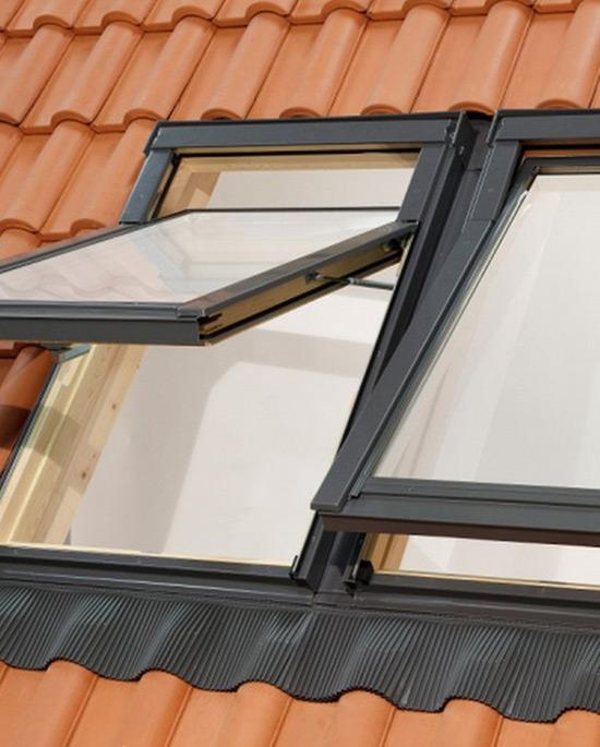Finestra da tetto apertura combinata centro finestre per for Finestre per tetto